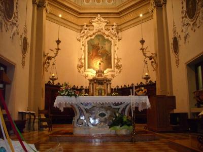 Il presbiterio con l'altare maggiore presente nella parrocchiale di Bonavicina