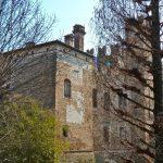 Il maestoso lato sinistro del Castello di Sanguinetto