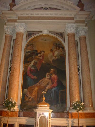 """L'altare con l'ottocentesca pala intitolata al """"Transito di San Giuseppe"""